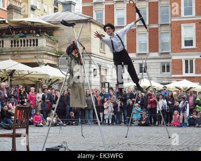 Ein Seiltänzer unterhaltsam eine Menschenmenge in Covent Garden London UK - Stockfoto