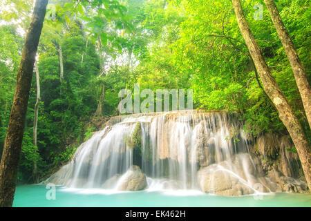Stufe zwei des Erawan Wasserfall in der Provinz Kanchanaburi, Thailand - Stockfoto