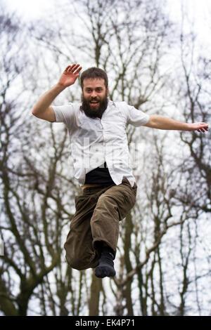 Avenham Park, Preston, Lancashire, Großbritannien, 6. April 2015. Comedy Trampolin Entertainer Maximilià Calaf Sevéat, - Stockfoto