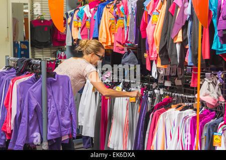 6c26b95db92913 Shopping für Kinderkleidung in der Decathlon-Geschäft