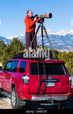 Professioneller Fotograf H. Mark Weidman Aufnahmen mit einem Teleobjektiv von oben auf einen Toyota 4Runner Truck - Stockfoto