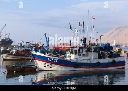 IQUIQUE, CHILE - 22. Januar 2015: Bunte hölzerne Angelboot/Fischerboot ankern entlang der Pazifikküste - Stockfoto