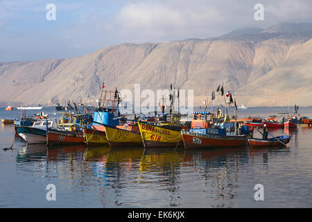 IQUIQUE, CHILE - 22. Januar 2015: Bunte hölzerne Fischerboote ankern entlang der Pazifikküste - Stockfoto