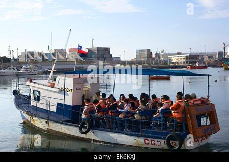 IQUIQUE, CHILE - 22. Januar 2015: Unbekannte Leute sitzen auf Tourenboot in den Hafen von Iquique - Stockfoto