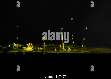 gelber Farbe spritzt - Stockfoto