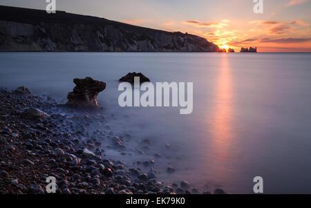Eine lange Belichtung eines Sonnenuntergangs durch Nadeln, gesehen von Alum Bay - Stockfoto