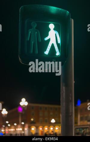 Fußgängerüberweg in Frankreich zeigt ein grünes Kreuz nun Licht auf eine Straßenbahnlinie und Straßenkreuzung - Stockfoto