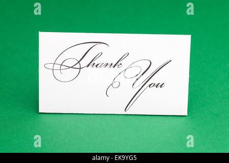 Karte unterschreiben danke auf grünem Hintergrund - Stockfoto