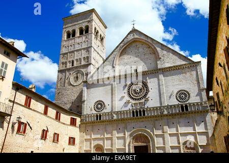 religiösen mittelalterlichen Assisi in Umbrien mit Kirche St. Francisco - Stockfoto