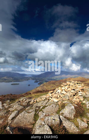 Hoher Sitz fiel Gipfel Cairn, Nationalpark Lake District, Cumbria County, England, UK. - Stockfoto