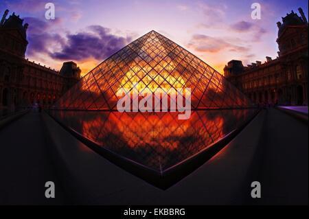 Louvre-Pyramide bei Sonnenuntergang, Paris, Frankreich, Europa - Stockfoto