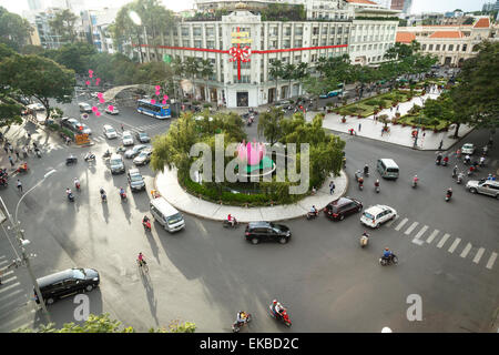 Verkehr Kreuzung Nguyen Hue Boulevard und Le Loi Boulevard, Ho-Chi-Minh-Stadt (Saigon), Vietnam, Indochina, Asien - Stockfoto