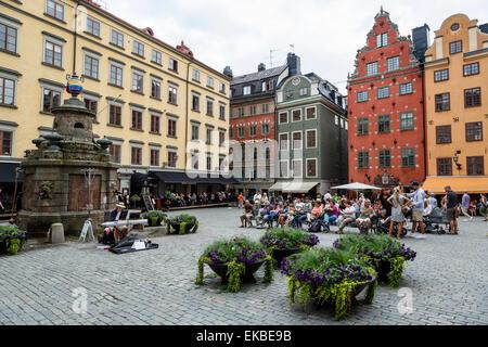Leute sitzen am Platz Stortorget in Gamla Stan, Stockholm, Schweden, Skandinavien, Europa - Stockfoto