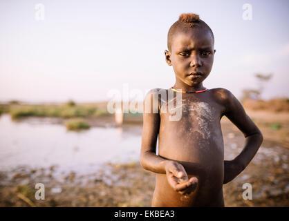 Kinder Angeln am Ufer des Turkana Sees, Dassanech Stamm, Omo-Tal in Äthiopien, Afrika - Stockfoto
