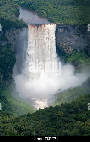 Luftaufnahme der Kaieteur Falls in voller Flut, Guyana, Südamerika - Stockfoto