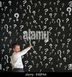 Schreiben junge gekleidet als Geschäftsmann mit Kreide Fragezeichen - Stockfoto