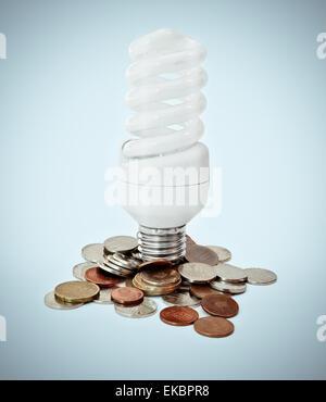Energie sparen-Konzept mit Münzen - Stockfoto
