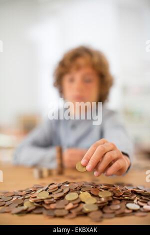 Teenager, die Münzen zählen - Stockfoto