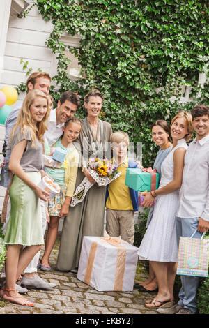 Porträt des drei-Generationen-Familie im Garten mit Blumenstrauß und Geburtstag Geschenke - Stockfoto