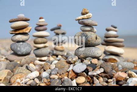 Kieselsteine in einem Stapel am Kiesstrand ausgeglichen - Stockfoto