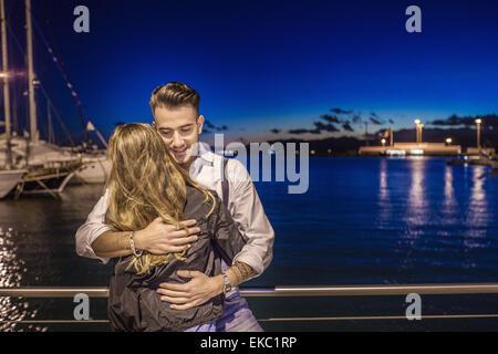 Paar, umarmen, Port, Cagliari, Sardinien, Italien - Stockfoto