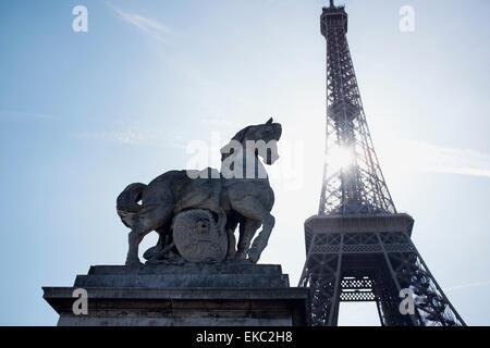 Pferd Statue und Eiffelturm, Paris, Frankreich - Stockfoto