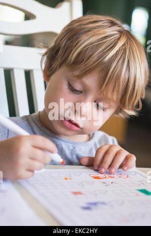 Kleiner Junge Hausaufgaben - Stockfoto