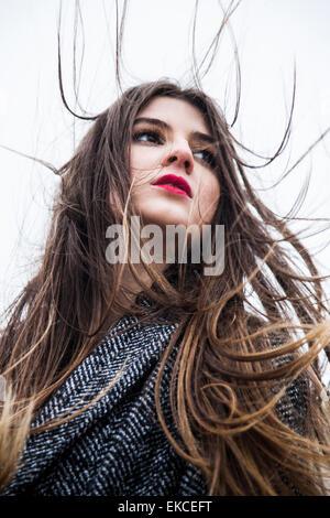 Porträt einer jungen Frau mit Haaren im wind - Stockfoto