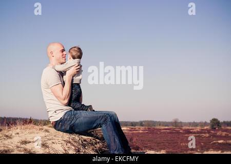 Vater mit seinem Sohn am Strand - Stockfoto