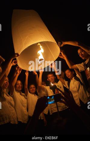 CHIANG MAI, THAILAND - 25. Oktober 2014: Gruppe von jungen Thais starten eine Himmelslaterne während des jährlichen - Stockfoto