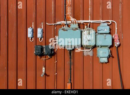 Retro-Stil der Stromkreise, Steckdosen und Anschlussdosen montiert ...
