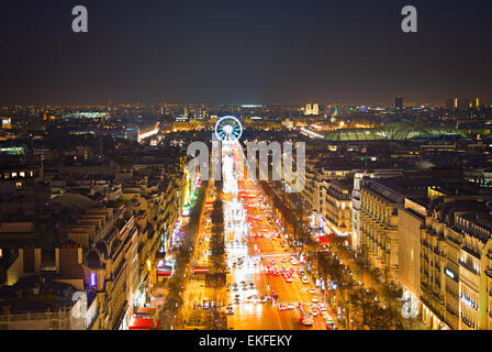 Avenue Champs-Elysées und Riesenrad in Paris, Frankreich. Blick vom Triumphbogen - Stockfoto