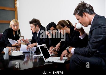 Geschäftsleute, die mit einem Treffen - Stockfoto