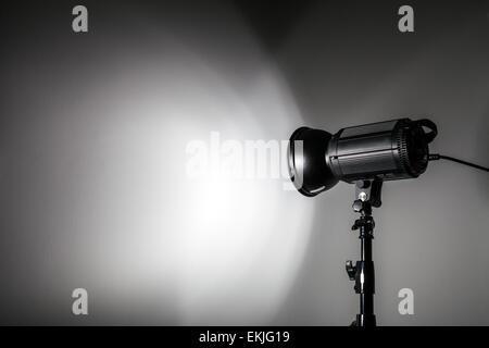 Weiß und helle Form erstellt, an der Wand mit Studio Lichtblitze - Stockfoto