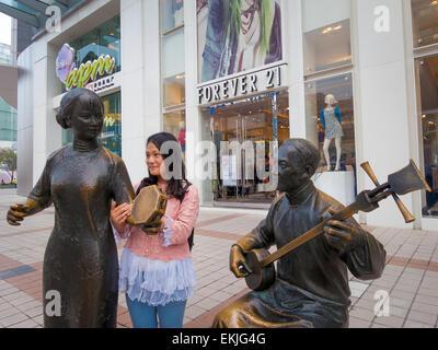 Bronzestatuen von traditionellen Musikern in Fron der westlichen Geschäften Futter Wafujing Street, Beijing, China - Stockfoto