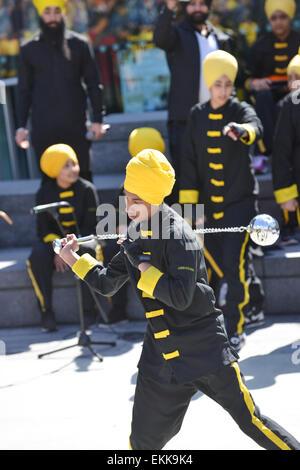 Rathaus, London, UK. 11. April 2015. Eine Gruppe zeigt eine Vielzahl von bewaffneten und unbewaffneten Kampfkünste. - Stockfoto