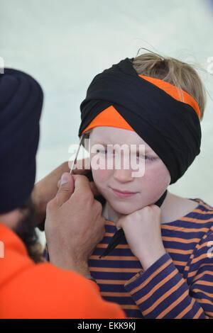 Rathaus, London, UK. 11. April 2015. Turban binden Demonstrationen. Sikhs feiern Vaisakhi Neujahr vor dem Rathaus - Stockfoto