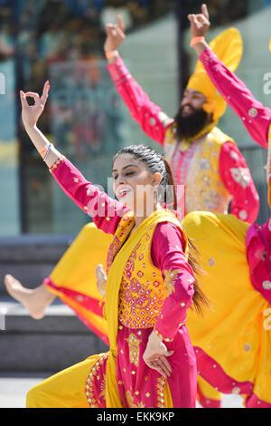 Rathaus, London, UK. 11. April 2015. Tänzerinnen Sikh Volkstänze. Sikhs feiern Vaisakhi Neujahr vor dem Rathaus - Stockfoto