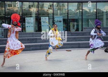 London, UK. 11. April 2015. Tänzerinnen führen außerhalb der Londoner City Hall während eines Nachmittags Feierlichkeiten - Stockfoto
