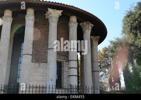 Italien. Rom. Die kreisförmigen Tempel des Hercules Victor (früher gelehrt, ein Tempel der Vesta zu sein). Gebaut - Stockfoto
