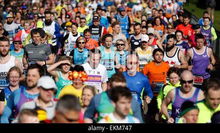 Marathonläufer Kopf ab Beginn der Brighton Marathon 2015 - Stockfoto