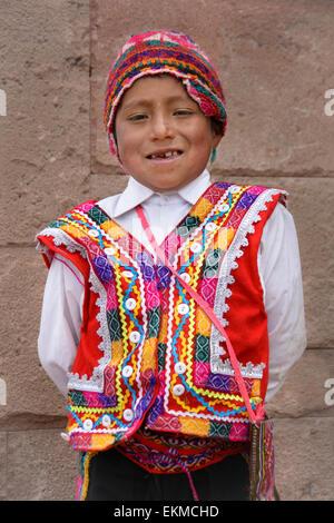 Quechua-junge tragen traditionelle Kleidung der Region; Moray Dorf, Heiliges Tal, Peru. - Stockfoto