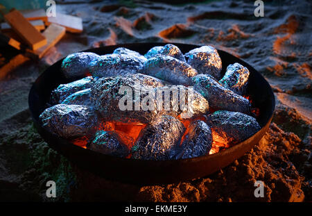 Gebackene Kartoffeln eingewickelt in Alufolie auf Holzkohle gegrillt. Dahab. Ägypten. - Stockfoto