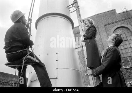 Margaret Thatcher geht an Lambeth Mr Jerry Hanley in Nachwahl zu helfen. Frau Thatcher eine Leiter Gespräche zu - Stockfoto