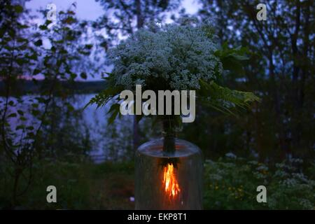 St. Johns Lagerfeuer und Blumen - Stockfoto