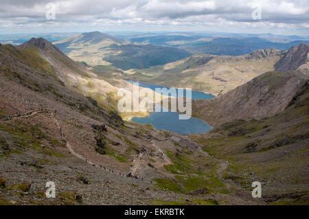 Blick vom Mount Snowdon in Wales an einem Sommertag mit Seen in Ferne - Stockfoto