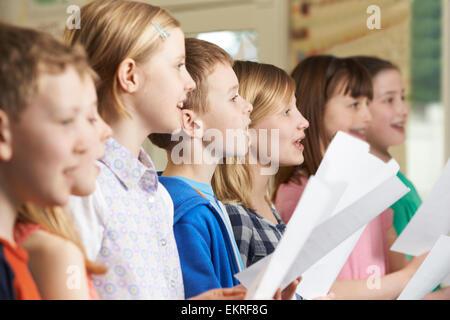 Gruppe von Schulkindern im Schulchor singen - Stockfoto