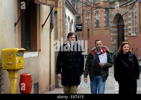 Junge Menschen zu Fuß vor einem Postfach in Ort Mage Vieux, Square, Toulouse, Midi-Pyrénées, Frankreich - Stockfoto