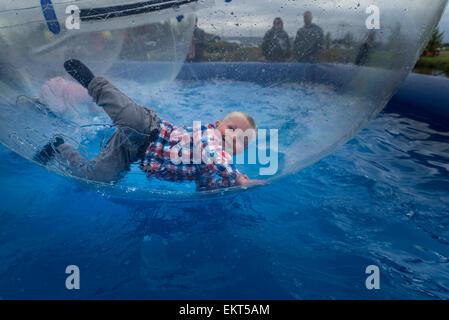 """Junge in einem riesigen sehen - durch Aufblasbare Kugel als """"Wasser wandern Bälle', Sommerfest, Reykjavik, Island - Stockfoto"""