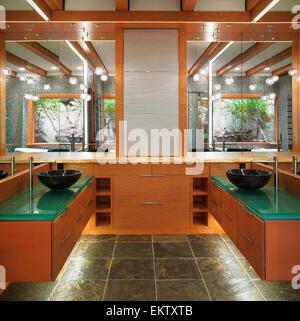 Individuelle Badezimmer Eitelkeiten Mit Grünem Glas Arbeitsplatten Und Holz  Schränke; Nanaimo Vancouver Island Britisch Kolumbien Stockfoto, Bild:  81067851 ...